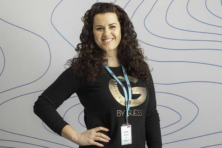 Iveta pracuje v jako strážná na recepci objektu zákazníka Securitas.