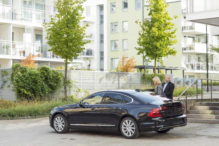 Livvakt som arbetar med personskydd öppnar bildörren till person med hotbild.