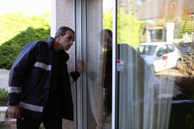 Strážný Securitas kontroluje objekt