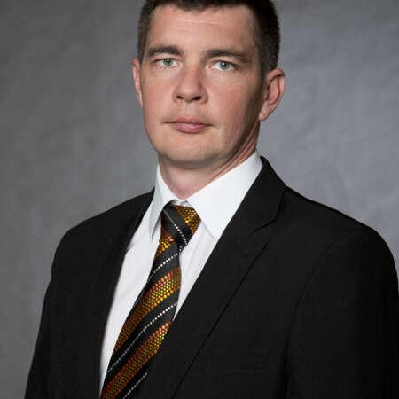 Pavel Procházka se pohybuje v oboru komerční bezpečnosti od r. 2003, kdy nastoupil do SECURITAS ČR. Pracoval v různých provozních i manažerských pozicích. Nyní je odpovědný za Area Praha.