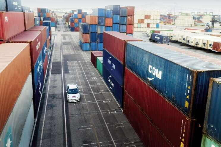 Securitas-Fahrzeug an einem Containerhafen