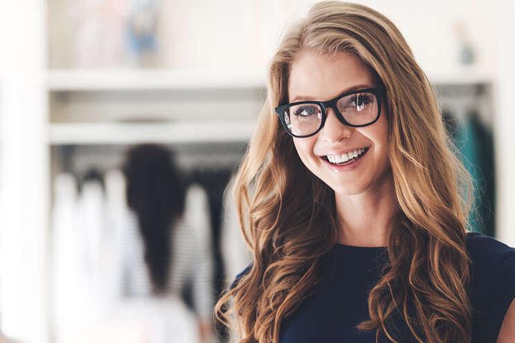 glücklich lächelnde Unternehmerin fühlt sich sicher