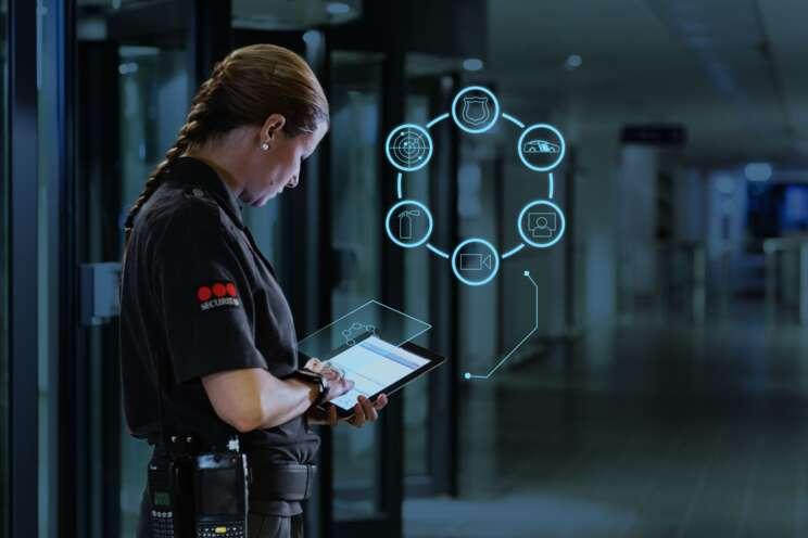 Sicherheitsmitarbeiterin bedient ein Tablet