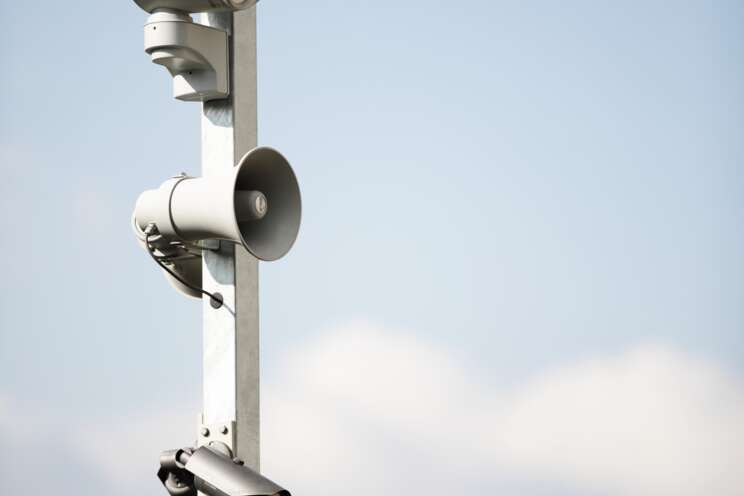 Vzdálený dohled Securitas (služba RVS) poskytuje operátorovi díky reproduktoru možnost oslovit narušitele objektu přímo online.