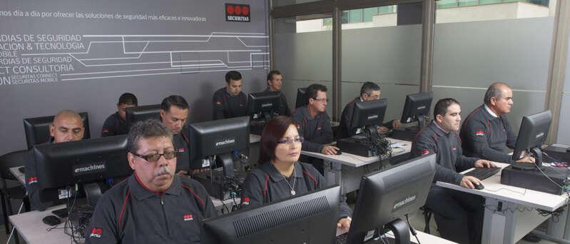 personas en sala con computadores
