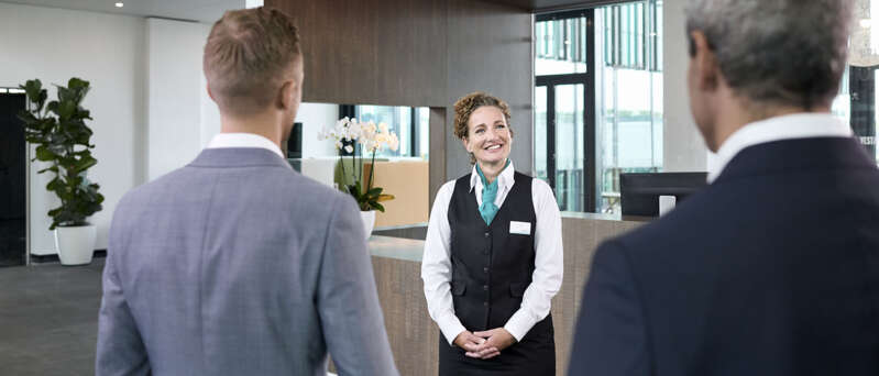 Welkom! hostess ontvangst twee gasten