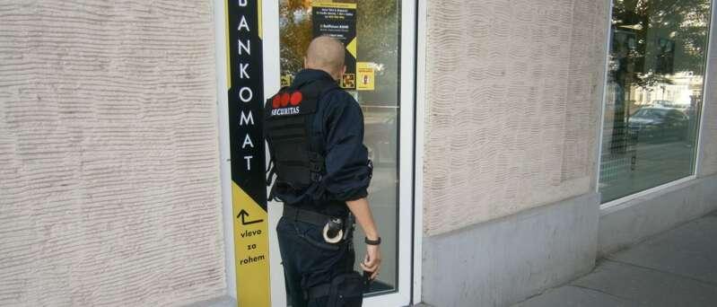 Pěší patrola Securitas zajistí bezpečnost ve vašem obchodě či provozovně. Sdílená ostraha reaguje na zavolání a dostaví se na místo do 90ti vteřin.