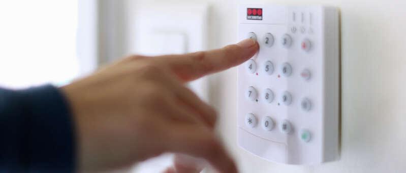 Panel de control de alarma en casa.