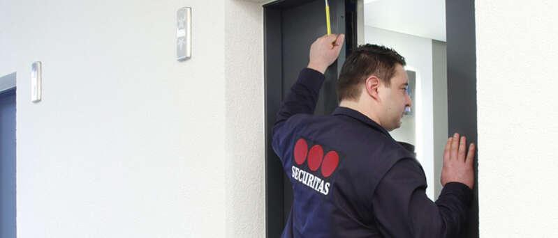 Sicherheitsmitarbeiter bei der Personenbefreiung nach einem Aufzugnotruf