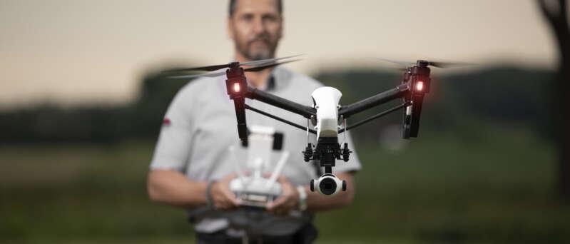Sicherheitsmitarbeiter mit Drohne